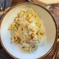 Cremet pasta med rosenkål
