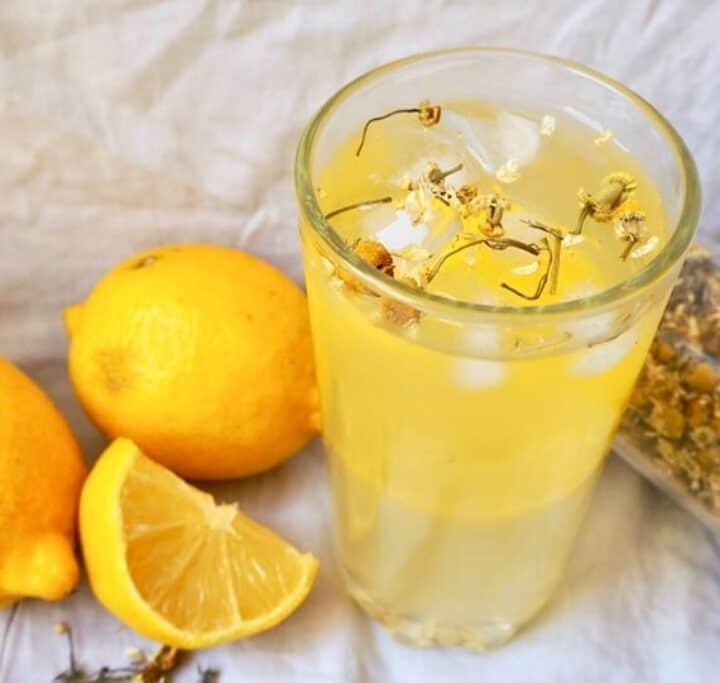 Kamille iste med citronsaft