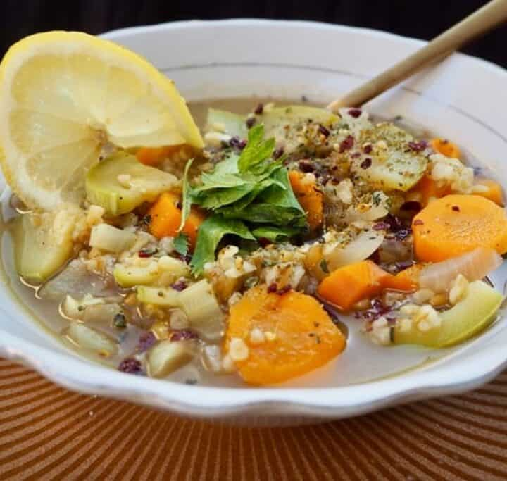 Vegansk suppe med grøntsager