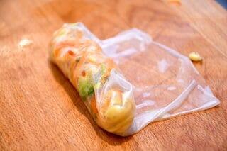 fold siderne på de vegetariske forårsruller ind over fyldet