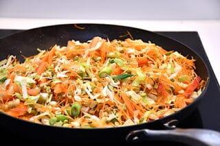 grøntsagerne til de vegetariske forårsruller sauteres kort af på en meget varm pande