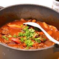 gryderet med oksekød og champignon