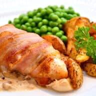 kylling med baconsvøb og champignonsauce
