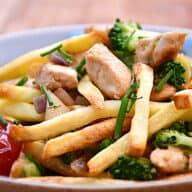 kyllingemix med pommes frites og broccoli