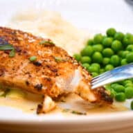 stegt kyllingebryst med flødesovs, ris og ærter